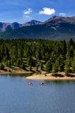 Сплавляться и восхождение на борт затвора на озере гор Стоковые Изображения