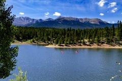 Сплавляться и восхождение на борт затвора на озере гор Стоковые Фото