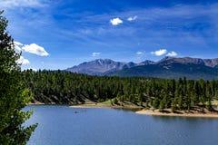 Сплавляться и восхождение на борт затвора на озере гор Стоковые Изображения RF