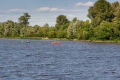 Сплавляться на реке в ясной погоде стоковое изображение