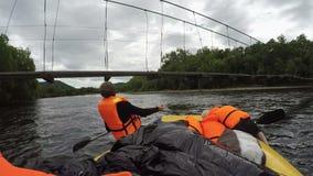 Сплавлять шлюпку плавает под опасно низкий висячий мост смертной казни через повешение над рекой сток-видео