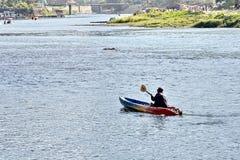 Сплавляющся на каяке на банке реки песни Nam, Vang Vieng, Лаос стоковое изображение
