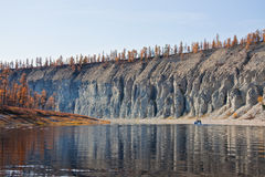 Сплавляющ и удящ сибирское taiga Fall River Стоковая Фотография