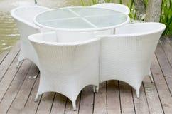 Сплетенные белые пластичные стулья Стоковое Изображение RF