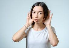 Сплетни красивой молодой женщины слушая и держать ее nea руки Стоковые Фотографии RF