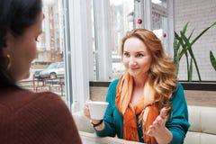 Сплетня женщин в кафе Стоковые Фото