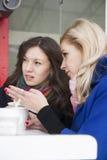 Сплетня и кофе подруг Стоковые Изображения