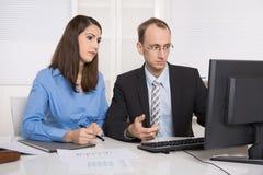 Сплетня и домогательство под бизнесменами на рабочем месте - criti Стоковое Изображение RF