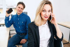 Сплетня пересказа женщины офиса телефоном Стоковое Изображение