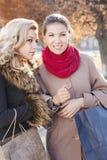 Сплетня подруги на улице Стоковое Изображение RF