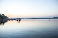 Сплотки, река, вода, мир и тишь, небо, индиго Стоковое фото RF