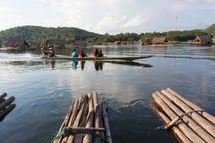 Сплоток поплавка Loei- 15-ое ноября на Huai Krathing с неопознанным p Стоковая Фотография RF