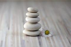 Сработанность и баланс, пирамиды из камней, простые камешки выправки на деревянной светлой белой серой предпосылке, скульптуре дз стоковое фото rf