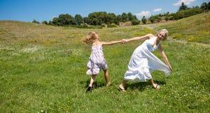 Сработанность, мама и дочь семьи радуясь outdoors Стоковые Изображения