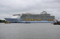Сработанность туристическое судно морей мира самое большое покидая Роттердам Стоковое Изображение