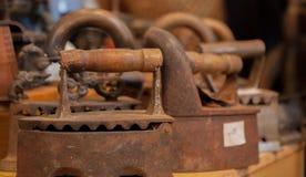 Сравнение утюга угля и электрического утюга утюга, старые утюги Стоковые Фото
