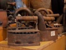 Сравнение утюга угля и электрического утюга утюга, старые утюги Стоковое Изображение