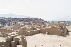Сравните от более современного городка к древнему городу в Перу Стоковое Изображение RF