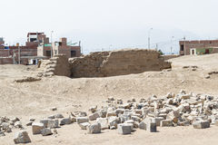 Сравните от более современного городка к древнему городу в Перу Стоковая Фотография