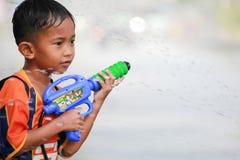 Сражение воды во время фестиваля Songkran в Chanthaburi, Таиланде Стоковая Фотография
