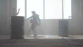 Сражение танца 2 танцоров улицы в получившемся отказ здании около бочонка r r видеоматериал