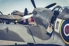Сражение Spitfire Британии с бомбардировщиком Ланкастера в предпосылке Стоковое фото RF