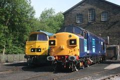 Сразу железнодорожные услуги 37087 и западные дизели D1023 на Haworth, стоковые изображения rf
