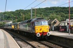 Сразу класс 57 железнодорожных услуг 57012 приезжая на Keighley для стоковые изображения rf