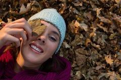 Сразу над портретом женщины лежа на сухих листьях Стоковые Фотографии RF