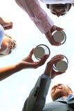 Сразу под съемкой предпринимателей держа устранимые чашки против ясного неба Стоковые Фотографии RF