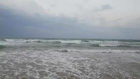 Средиземное море от Турции в пасмурной погоде Романтичный заход солнца и большие волны в ветреной погоде сток-видео
