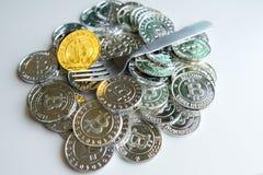 Среди куч золотых и серебряных узлов bitcoin и blockchain совсем вокруг Blockchain возвращает виртуальную концепцию cryptocurrenc Стоковые Изображения RF