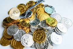 Среди куч золотых и серебряных узлов bitcoin и blockchain совсем вокруг Blockchain возвращает виртуальную концепцию cryptocurrenc Стоковая Фотография RF