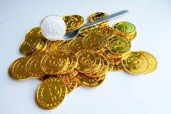 Среди куч золотых и серебряных узлов bitcoin и blockchain совсем вокруг Blockchain возвращает виртуальную концепцию cryptocurrenc Стоковые Изображения