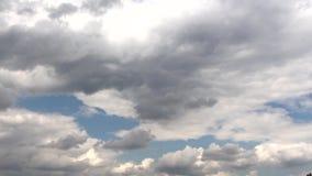 Среди темных облаков вы можете увидеть голубое небо сток-видео