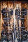 Средневековая деревянная дверь с детализировать ковки чугуна стоковая фотография rf