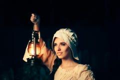 Средневековая женщина с винтажным фонариком снаружи на ноче стоковые изображения rf