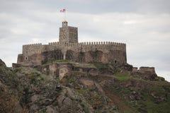 Средневековая каменная крепость на верхнем mountaine стоковое изображение