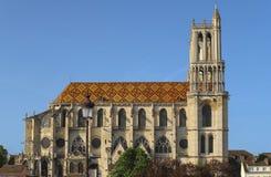 Средневековая коллигативная церковь нашей дамы Mantes в маленьком городе Mantes-Ла-Jolie, около 50 km к западу от Парижа стоковые изображения rf