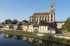 Средневековая коллигативная церковь нашей дамы Mantes в маленьком городе Mantes-Ла-Jolie, около 50 km к западу от Парижа стоковые фото