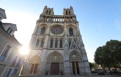 Средневековая коллигативная церковь нашей дамы Mantes в маленьком городе Mantes-Ла-Jolie, около 50 km к западу от Парижа стоковая фотография