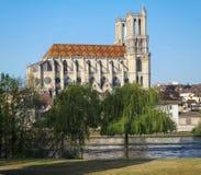 Средневековая коллигативная церковь нашей дамы Mantes в маленьком городе Mantes-Ла-Jolie, около 50 km к западу от Парижа стоковое фото