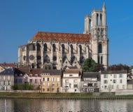 Средневековая коллигативная церковь нашей дамы Mantes в маленьком городе Mantes-Ла-Jolie, около 50 km к западу от Парижа стоковое изображение rf