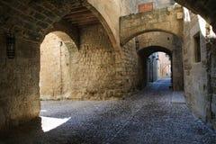 Средневековая сдобренная улица в городке Родоса стоковое изображение rf