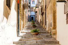 Средневековая улица в старой части Cefalu стоковое изображение rf