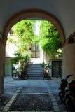 Средневековая улица в старой части Cefalu стоковое изображение