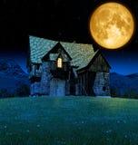 Средневековая харчевня фантазии в лунном свете Стоковая Фотография