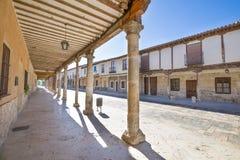 Средневековая arcaded улица в деревне Ampudia старой стоковое изображение rf