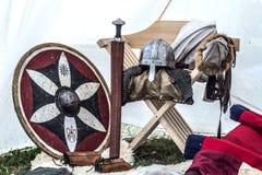 Средневековое оборудование рыцаря в старом шатре спать стоковая фотография