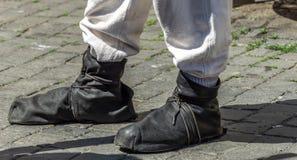 Средневековые ботинки waistband сделанные мягких черных кожаных нашивок над светлым - серые брюки белья стоковое изображение rf